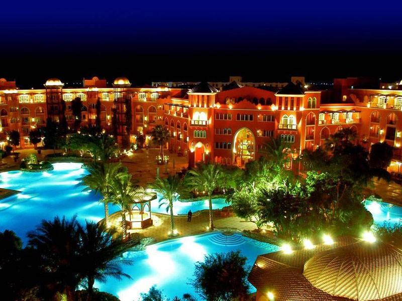 красивое здание отеля Гранд Резорт 5 звезд похоже на сказочный дворец