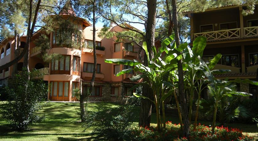 На территории отеля разместилось три десятка коттеджей разной этажности