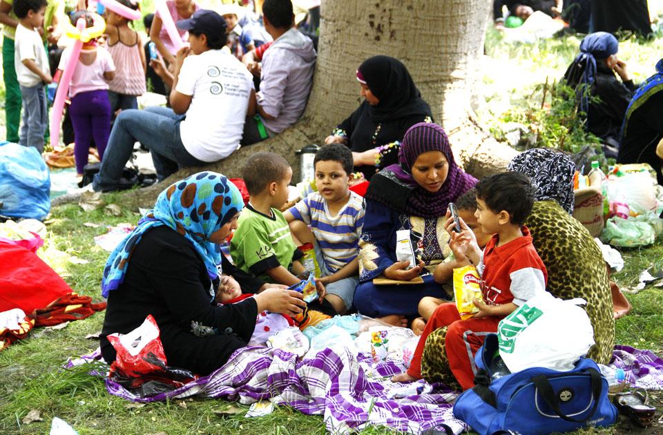 тысячи людей устраивают пикники и посиделки на берегу реки и пускаются в круизы по Нилу