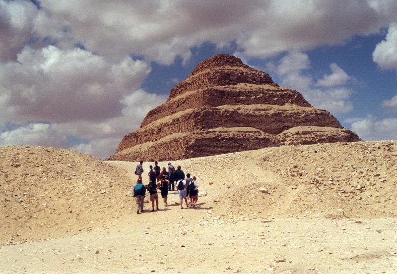 В Саккаре можно увидеть самую древнюю пирамиду Египта – гробницу фараона Джосера